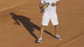 Palla di ritorno del tennis avanzato durante la partita, sport popolari, stile di vita archivi video
