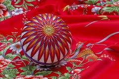 Palla di Temari sul kimono Fotografie Stock Libere da Diritti