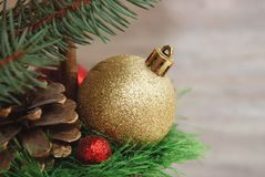 Palla dorata del giocattolo dell'albero di abete Decorazione di Snowman-2 Priorità bassa di nuovo anno Fotografia Stock