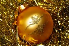 Palla dorata di Natale Immagini Stock Libere da Diritti