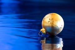 Palla dorata di Natale con la riflessione Fotografie Stock