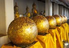 Palla dorata in tempio buddista Fotografie Stock