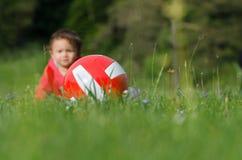 Palla e bambina Fotografie Stock Libere da Diritti