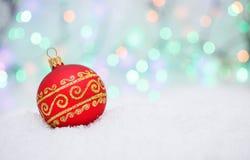 Palla e fiocco di neve di Natale sul fondo astratto del bokeh Fotografia Stock Libera da Diritti