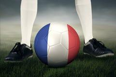 Palla e piede del giocatore di football americano Immagine Stock