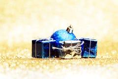 Palla e regali di Natale Immagini Stock Libere da Diritti