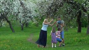 Palla felice del fermo della famiglia in natura Colpo del movimento lento video d archivio