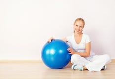 Palla felice di sport e della giovane donna per forma fisica Fotografia Stock Libera da Diritti