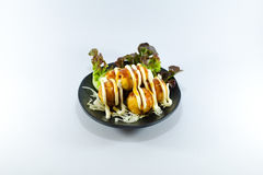 Palla fritta del calamaro con salsa crema su fondo bianco Fotografia Stock