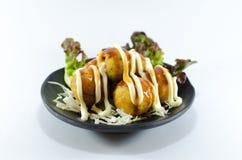 Palla fritta del calamaro con salsa crema su fondo bianco Immagini Stock Libere da Diritti