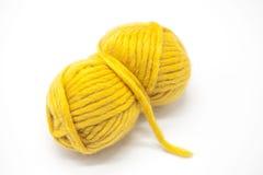 Palla gialla del filato di lana per tricottare fine su su un fondo bianco Fotografie Stock