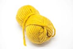 Palla gialla del filato di lana per tricottare fine su su un fondo bianco Fotografia Stock