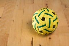Palla gialla del rattan con le bande verdi Fotografie Stock