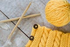 Palla gialla di filato per tricottare in piatto blu e Fotografia Stock