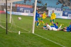 Palla nel portone di calcio Immagini Stock Libere da Diritti