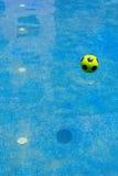 Palla nell'orientamento del ritratto della piscina Immagini Stock Libere da Diritti