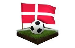 Palla per giocar a calcioe e la bandiera nazionale della Danimarca sul campo con erba Fotografia Stock