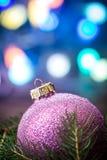 Palla porpora di Natale Fotografia Stock