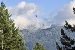 Palla rossa appesa sulla linea elettrica Fotografie Stock Libere da Diritti