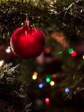 Palla rossa - decorazione dell'albero di Natale con la ghirlanda Immagine Stock Libera da Diritti