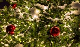 Palla rossa - decorazione dell'albero di Natale con la ghirlanda Fotografia Stock