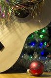 Palla rossa della chitarra di Natale fotografia stock
