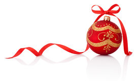 Palla rossa della decorazione di natale con l'arco del nastro isolato su bianco Fotografie Stock Libere da Diritti