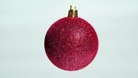 Palla rossa della decorazione di Natale sopra fondo bianco archivi video