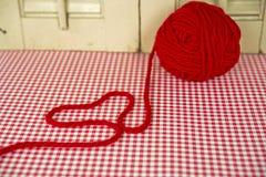 Palla rossa di filato con cuore Fotografia Stock