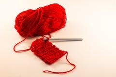 Palla rossa di lana & del lavoro all'uncinetto Fotografia Stock