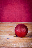 Palla rossa di Natale Fotografia Stock Libera da Diritti