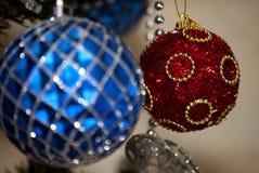 Palla rossa di Natale in blure Fotografia Stock