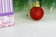 Palla rossa di Natale con il contenitore di regalo Fotografia Stock