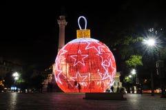 Palla rossa di natale con le stelle bianche a Lisbona Fotografia Stock