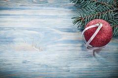 Palla rossa di Natale del ramo del pino sul concetto di feste del bordo di legno Fotografia Stock
