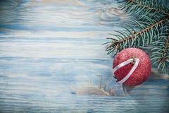 Palla rossa di Natale del ramo dell'abete sul conce di celebrazioni del bordo di legno Fotografia Stock Libera da Diritti