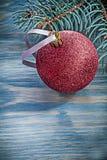 Palla rossa di Natale del ramo dell'abete sul concetto di feste del bordo di legno Fotografia Stock