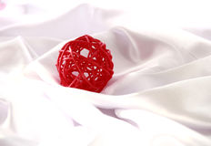 Palla rossa di Natale dell'artigianato Fotografie Stock