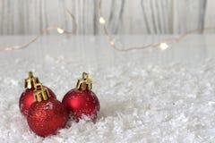 Palla rossa di natale sul fondo bianco della neve Immagine Stock Libera da Diritti