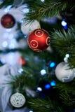 Palla rossa di Natale sull'albero di Natale artificiale immagine stock