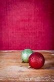 Palla rossa e verde di Natale Fotografia Stock Libera da Diritti