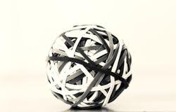 Palla rotonda sferica dell'elastico in bianco e nero fotografie stock libere da diritti