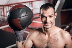 Palla sorridente di forma fisica della tenuta dello sportivo Fotografie Stock Libere da Diritti
