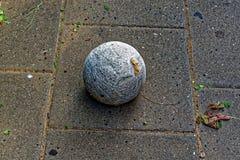 Palla sporca di filato sulla via fotografia stock libera da diritti