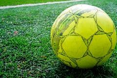 Palla su erba verde dello stadio Calcio di calcio sulla linea bianca di fondo del campo di calcio immagini stock