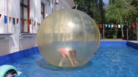 Palla sull'acqua con il bambino dentro video d archivio