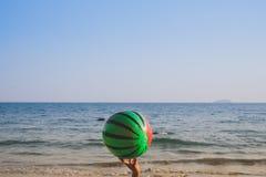 Palla sulla spiaggia con il mare ed il cielo blu Fotografia Stock Libera da Diritti