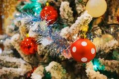 Palla tocca decorata su un albero di Natale Immagini Stock