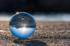 Palla trasparente di vetro su fondo scuro e Fotografie Stock Libere da Diritti