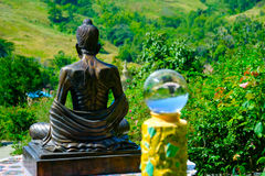 Palla trasparente di vetro sulla vista posteriore della statua di Buddha Fotografie Stock Libere da Diritti